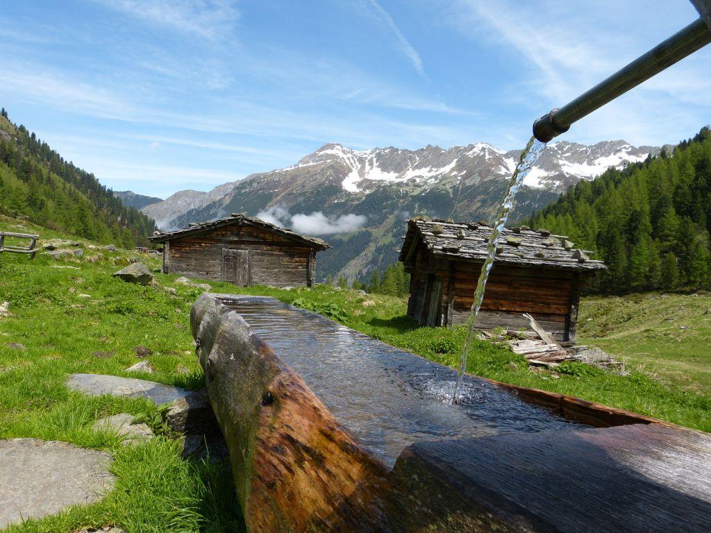 Trinkwasser aus einem Holzbrunnen