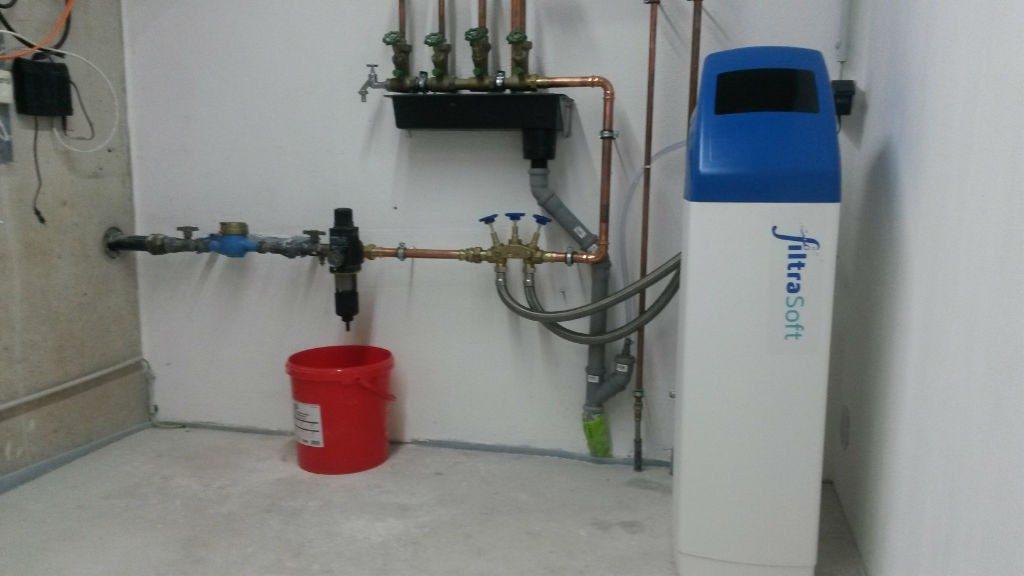 Wasserentkalkung im Haus: So wird eine Entkalkungsanlage angeschlossen